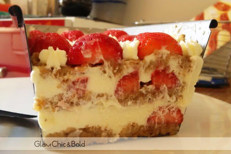 fetta di torta e fragole